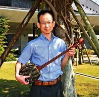 民謡歌い継承へ思い OIST准副学長の岩佐さん 三線手に言葉楽しむ