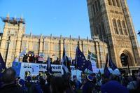 英下院、メイ首相の離脱戦略否決 法的拘束力はなし