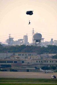 「例外の拡大解釈を許さぬ」 河野外相、嘉手納でのパラシュート訓練を問題視
