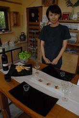 グッドデザイン賞を受賞した「ウージ」シリーズの皿3種と寿代表=3日、名護市・グラスアート藍