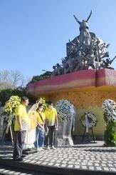 ピープルパワー政変35周年の式典後、記念写真を撮る参加者=25日、マニラ(共同)