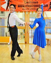 優勝した比嘉玲王さん(左)と山元そらさん=5日、宜野湾市大山のレオン・エリ.ダンススクール