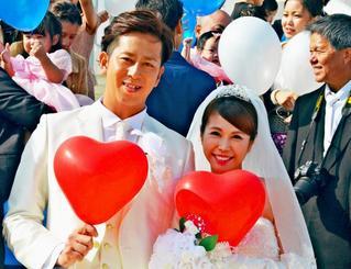 結婚式を挙げ、笑顔をみせる大嶺祐太投手と妻の琴菜さん=23日、恩納村冨着のモントレ・ルメール教会