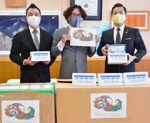 松本哲治市長(右)にマスクを寄贈した宜野座匠代表(中央)ら=4月23日、浦添市役所