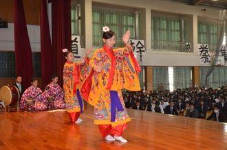 「三線の花」に乗せて、軽快な舞を見せる生徒ら=6日、県立豊見城高校