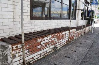 男児が置かれていた機材置き場のベンチ=2日午前11時7分、那覇市泊