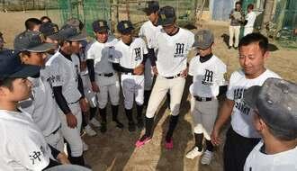 肩を落とす野球部員に新たな目標を語る宮城岳幸監督(右から2人目)=24日午後、本部町・同校グラウンド(金城健太撮影)