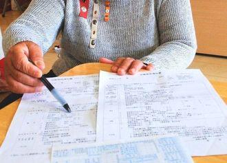 ホテル勤務時の労働条件や給与を説明する伊礼洋子さん。「低賃金だと、職場がピリピリして、トラブルが起きる」