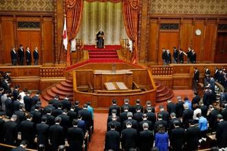 天皇陛下を迎えて開かれた、第197臨時国会の開会式=24日午後、参院本会議場