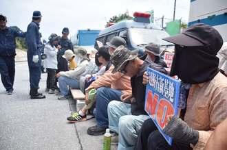 新基地建設に反対してゲート前に座り込む市民ら=2日午前11時59分、名護市辺野古米軍キャンプ・シュワブゲート前