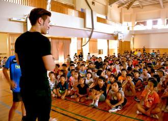 MASAマジックさんの話を真剣な表情で聞く子どもたち=12日、豊見城市立長嶺小学校