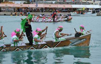 豪快な櫂(かい)さばきで競い合う御願バーレー=1日午前、糸満市・糸満漁港中地区