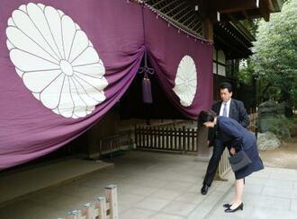 靖国神社の参拝を終え一礼する高市総務相=21日午後、東京・九段北