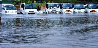 台風25号による大雨で排水が追いつかず、水没した車=5日、沖縄市登川(下地広也撮影)