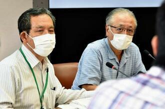 会見で記者の質問に答える那覇市立病院の外間浩院長(右)と砂川敦事務局長=19日午後、県庁