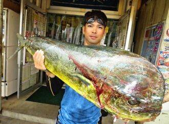 残波海岸で120センチ、10・2キロのマンビカーを釣った幸地智哉さん=12日