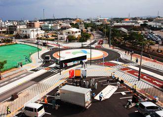 うるま市安慶名で全面開通したラウンドアバウト(うるま市役所提供)