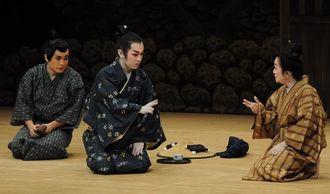 劇団伊良波の「貞女小」では、伊良波冴子代表(右)と金城真次(中央)、嘉数道彦(左)らが楽しい喜歌劇を繰り広げた=2014年5月