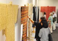 手仕事の美、一堂に 日本民藝協記念工芸展が開幕 那覇市