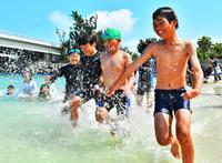 海開き 波しぶき爽快 沖縄・那覇市の波の上ビーチ