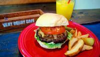 素材に配慮、特製バーガー うるま市田場「VERY BERRY CAFE」