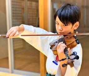 「空手もバイオリンも好き」と話す上原莞爾さん=豊見城市・沖縄空手会館(提供)