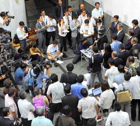 最高裁の判断を受け開かれた翁長雄志知事の会見には大勢の報道陣らが詰め掛けた=日午後、県庁