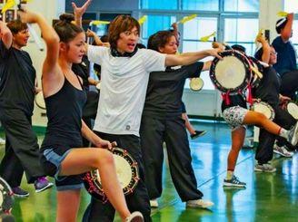 現代版組踊「ドラムズ・オブ・ホープ」本番に向けリハーサルに熱が入る出演者ら=6日、ホノルル(クリフ・キムラさん提供)