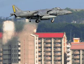 嘉手納基地に着陸する米海兵隊の攻撃機AV8Bハリアー=7日午前9時32分、北谷町砂辺(喜屋武綾菜撮影)