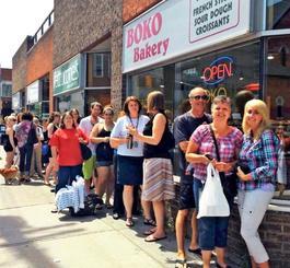 店の前で人気商品ができるのを待つ人たち(提供)