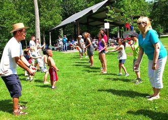 ピクニックで卵投げ渡しゲームで楽しむ会員ら