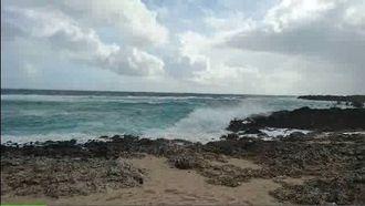風が強まってきた与那国島の海岸の様子=7日午前