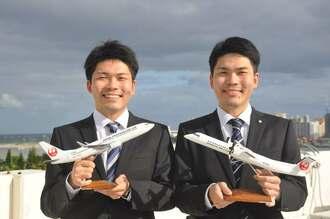 3月に琉球エアコミューター(RAC)に入社した兄の知念寛幸さん(右)と日本トランスオーシャン航空(JTA)に4月に入社した弟の尚誠さん(左)=5日、那覇市・JTA本社