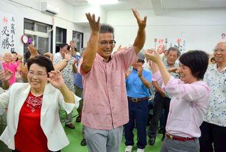 沖縄県議選で初当選しカチャーシーを踊って喜ぶ宮城一郎さん=宜野湾市上原の選対事務所