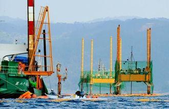 ボーリング調査の作業が続くスパット台船と作業台船=31日午前9時34分、名護市・大浦湾