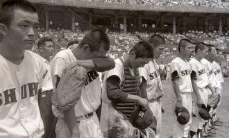 日大山形と対戦した首里高は、4対3で勝ち沖縄勢の甲子園初勝利を飾った=1963年8月13日、西宮球場(色付け前のモノクロ写真)
