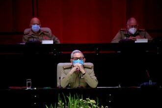 16日、キューバの首都ハバナで共産党大会に出席するラウル・カストロ氏(中央)(AP=共同)