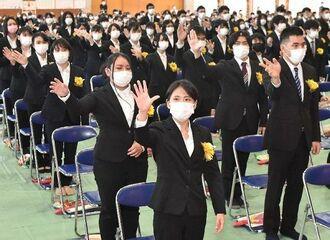 全員で手話ソングによる卒業の歌を披露した卒業生=1日午前、那覇市・真和志高校