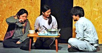 安泉さんの体験を基に、認知症介護と家族の葛藤を描いた演劇「死角の箱」の一場面=2月27日、那覇市・わが街の小劇場