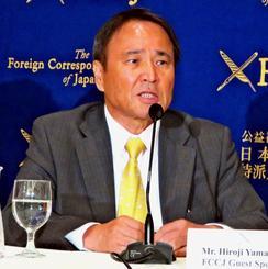 沖縄戦の経験から基地建設に反対する県民の思いを説明する山城議長=23日、東京都内の日本外国特派員協会