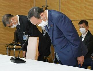 建設アスベスト訴訟の原告団らに謝罪する菅首相(右)=18日午前、首相官邸