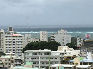 強い風が吹き、海上では白波が立っている=沖縄県浦添市