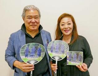 CDをプロデュースした喜屋武幸雄(左)と歌の松園留美子=那覇市・沖縄タイムス社