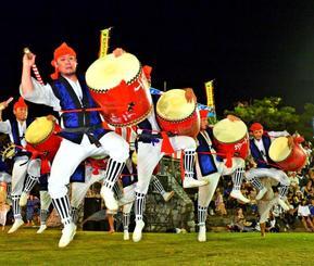 力強い演舞で満員の観衆を沸かせた屋部若獅子会=23日、名護市・21世紀の森公園野外ステージ(古謝克公撮影)