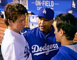 ベンチに戻ったドジャース・前田(左)に通訳を交えて話すロバーツ監督(中央)=5月、ロサンゼルス