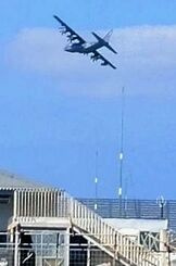 辺土名漁港の上空を低空飛行する米軍機とみられる機体=16日午前11時17分、国頭村(提供)