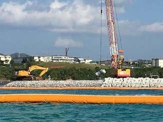 被覆ブロックの設置作業が進む「K4」護岸建設現場=27日、名護市辺野古、キャンプ・シュワブ沿岸