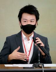 労働基準監督署の是正勧告について記者会見する私立N高等学校の男性教員=11日午後、東京都千代田区