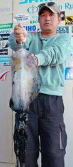 17日、伊計漁港で2・02キロのシルイチャーを釣った照屋孝夫さん。エギ4号(金)