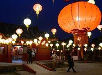 約千個の中国ちょうちんが並ぶ施設=村高志保・体験王国むら咲むら